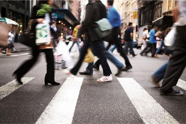 Gente-che-cammina-Società-Cittadini-Persone