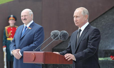 epa08518129 Russian President Vladimir Putin (R) and Belarus President Alexander Lukashenko (L) take part in the unveiling ceremony of the Rzhev Memorial to the Soviet Soldier near the village of Khoroshevo outside the town of Rzhev in the Tver region, Russia, 30 June 2020. The 25-metre-tall bronze figure of a Soviet soldier on top of a 10-metre-high hill commemorates Soviet soldiers who lost their lives in World War II.  EPA/MICHAEL KLIMENTYEV/SPUTNIK/KREMLIN POOL / POOL MANDATORY CREDIT