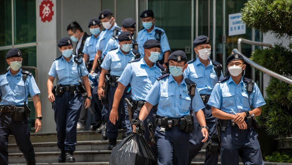 Hong Kong Police Arrests Top Apple Daily Staff Using Security Law Police Officers are seen leaving the headquarters of the Apple Daily newspaper and its publisher Next Digital Ltd. in Hong Kong, China, on Thursday, June 17, 2021. Hong Kong s national security police arrested five executives of the pro-democracy Apple Daily newspaper for suspected breaches of the national security law, local news outlets reported Thursday, as the government escalated its campaign against well-known activist and media tycoon Jimmy Lai. Hong Kong China yuen-hongkong210617_np25B PUBLICATIONxNOTxINxFRA Copyright: xVernonxYuenx