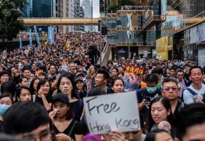 manifestanti-hong-kong-airdrop-696x479